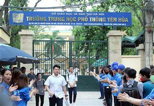 Học sinh và phụ huynh căng thẳng ngày đầu tuyển sinh vào lớp 10 tại Hà Nội